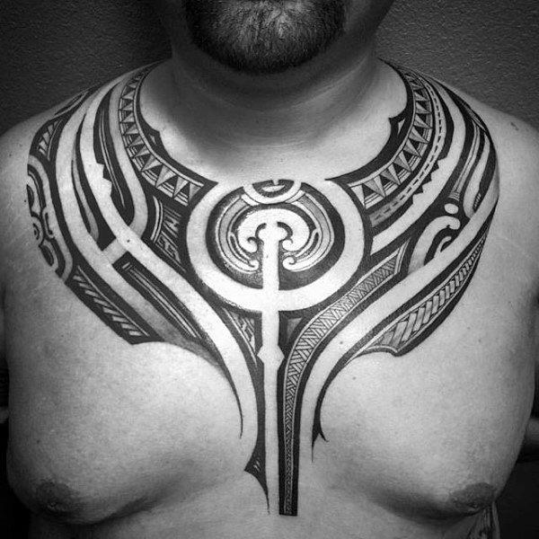 50 polynesische Brust Tattoo Designs für Männer - Stammes-Ideen