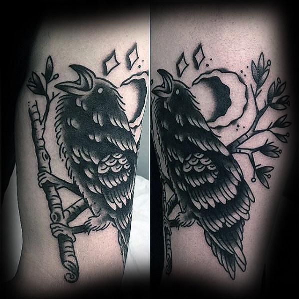 40 traditionelle Crow Tattoo Designs für Männer - Old School Bird Ideen