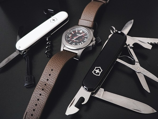 Titanium Victorinox INOX Watch Review - Die robusteste Herrenuhr aller Zeiten