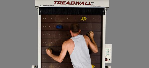 Der Treadwall M4 bringt Rock-Klettern in die Heimathleten der Jungs