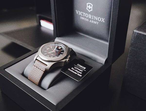 Titanium Victorinox INOX Watch Review - Die robusteste Herrenuhr aller Zeiten