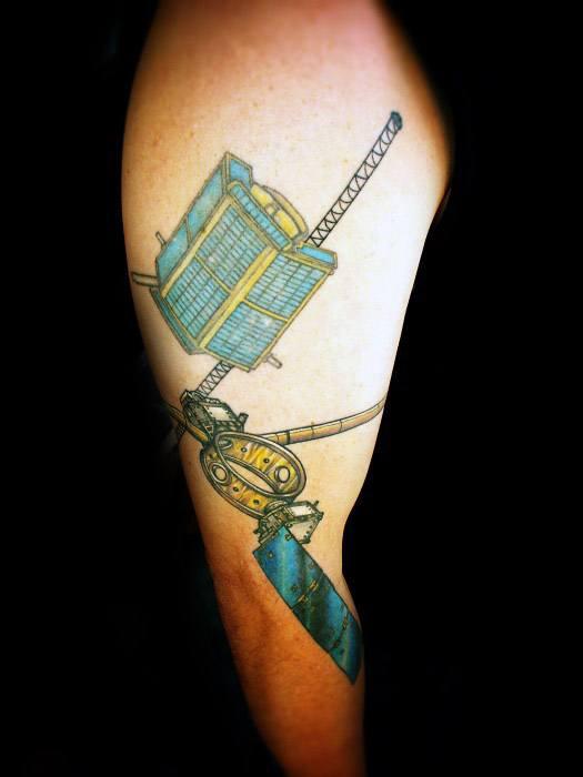 40 Satelliten Tattoo Designs für Männer - Weltraum-Tinte Ideen