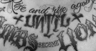 50 Brust Zitat Tattoo Designs für Männer - Phrase Ink Ideen
