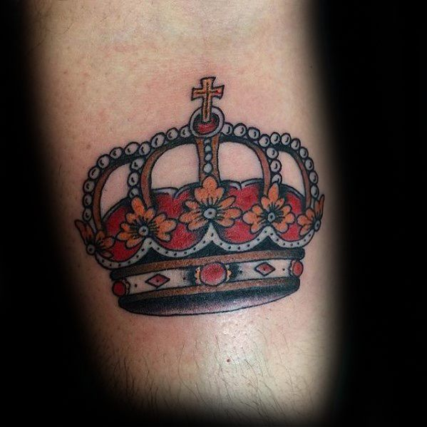 50 traditionelle Crown Tattoo Designs für Männer - Old School-Ideen