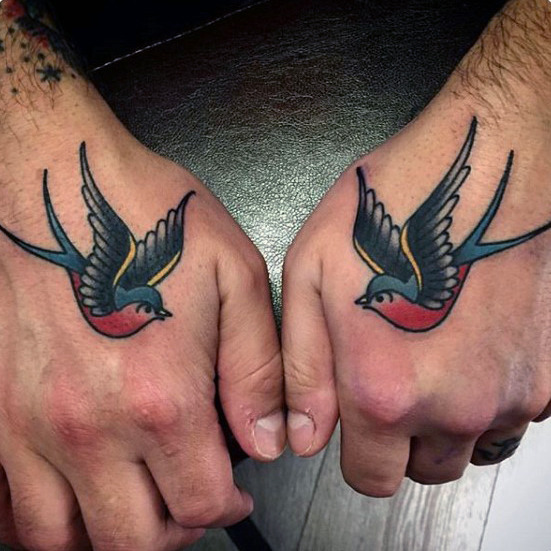 70 traditionelle Swallow Tattoo Designs für Männer - Old School Bird Ideen
