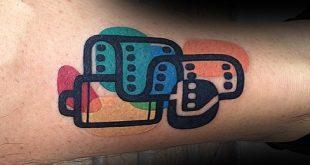 40 kleine bunte Tattoos für Männer - lebendige Tinte Design-Ideen