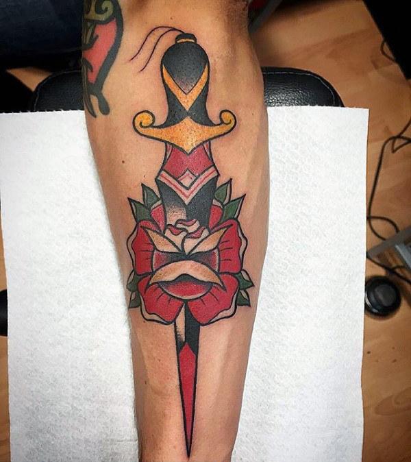 70 traditionelle Dolch Tattoo Designs für Männer - scharfe Tinte Ideen