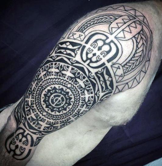 75 Half Sleeve Tribal Tattoos für Männer - Maskulin Design-Ideen