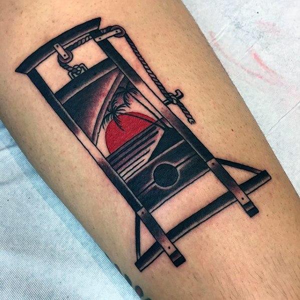50 Guillotine Tattoo Designs für Männer - enthauptete Tinte Ideen