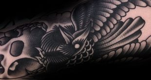 40 traditionelle Crow Tattoo Designs für Männer - Old School Bird Ideen