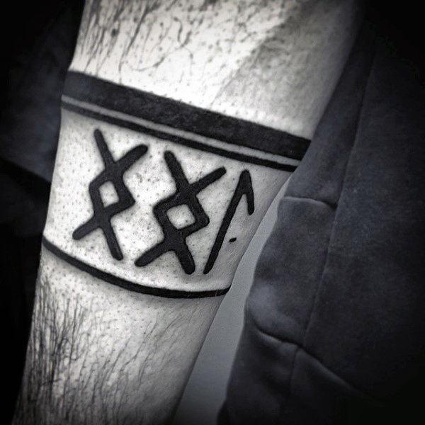 80 Rune Tattoos für Männer - germanische Schriftzug Design-Ideen