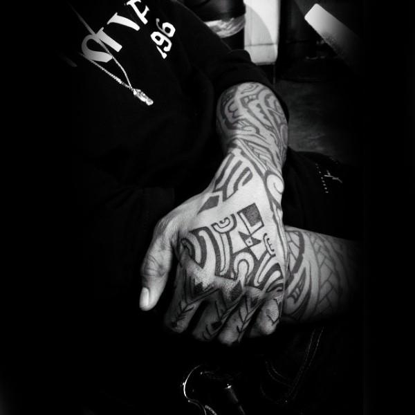40 Tribal Hand Tattoos für Männer - Manly Ink Design-Ideen