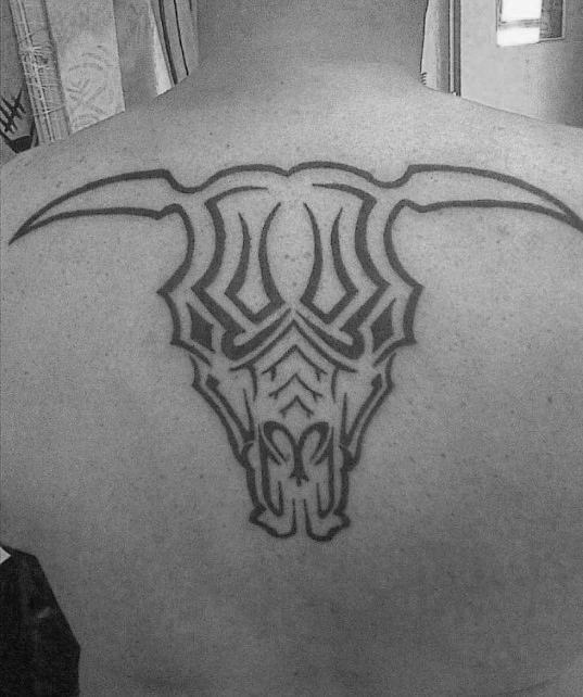40 Tribal Bull Tattoo Designs für Männer - leistungsstarke Tinte Ideen