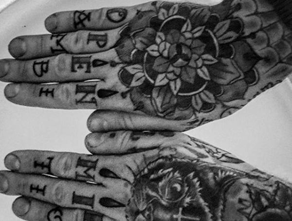 Wie lange sind Finger Tattoos zuletzt - verblasst und verschwommene Finger