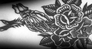 50 traditionelle Blumen Tattoo Designs für Männer - Old School Floral Ideen