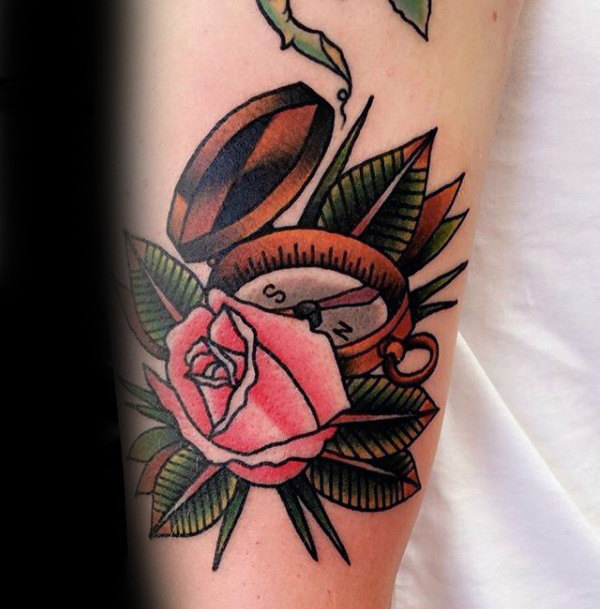 40 traditionelle Kompass Tattoo Designs für Männer - Old School-Ideen