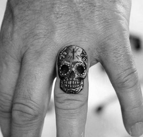 50 kleine Schädel Tattoos für Männer - Mortality Design-Ideen